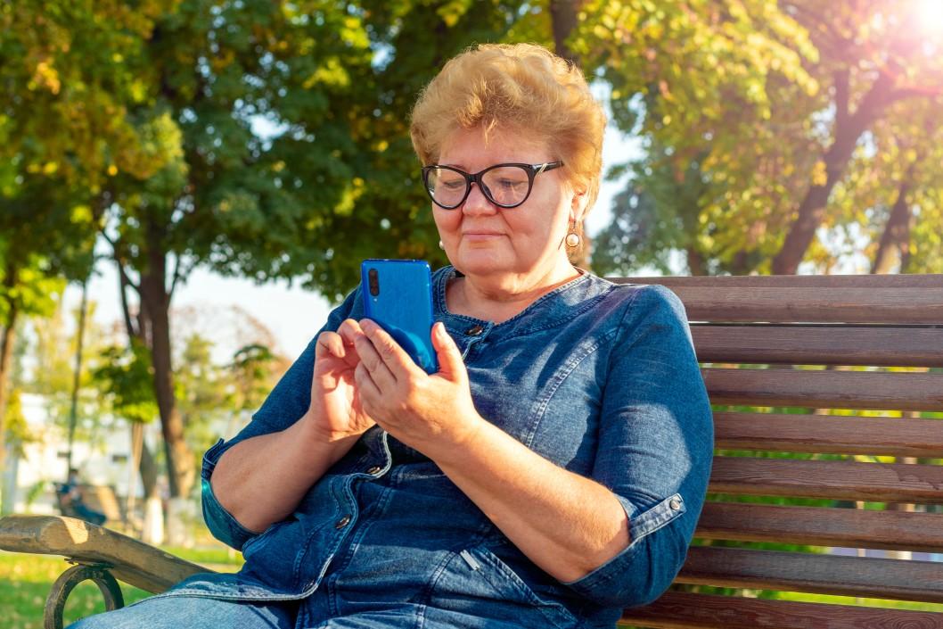 tempo de contribuição para aposentadoria - mulher usando o celular