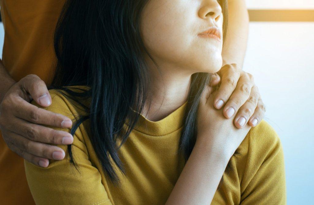 Pensão por morte novas regras - homem com as mãos nos ombros de uma mulher