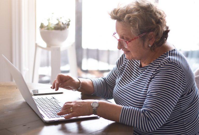 aposentados podem trabalhar - senhora usando um notebook