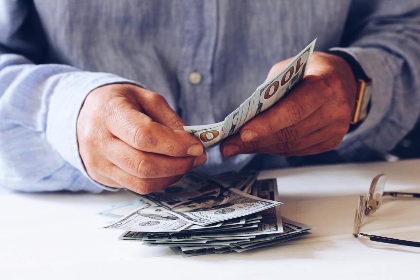 quais benefícios podem ser acumulados - homem segurando notas de dinheiro