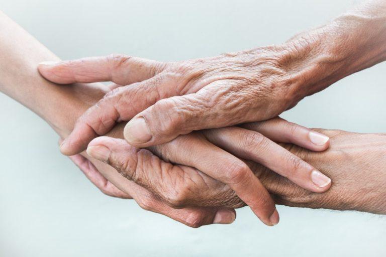 bpc loas - adulto segurando mal de idosa